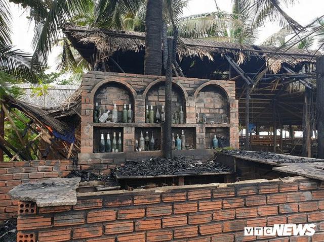 Ảnh: Dãy nhà hàng ven biển Hội An tan hoang sau 3 giờ chìm trong lửa - Ảnh 8.
