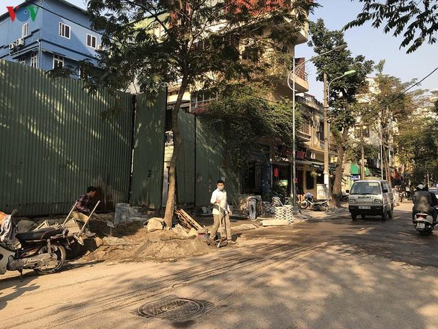 Cuối năm, Hà Nội lại đào đường lát đá vỉa hè, phố phường bụi mù mịt  - Ảnh 8.