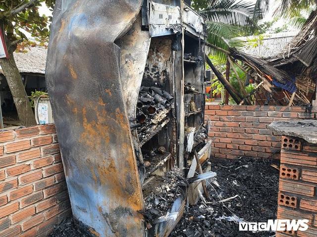 Ảnh: Dãy nhà hàng ven biển Hội An tan hoang sau 3 giờ chìm trong lửa - Ảnh 9.