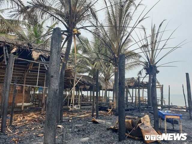 Ảnh: Dãy nhà hàng ven biển Hội An tan hoang sau 3 giờ chìm trong lửa - Ảnh 10.