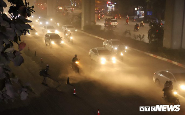 Ảnh: Công nhân thổi bụi mịt mù trên đường Nguyễn Trãi khiến người đi đường phát hoảng - Ảnh 1.