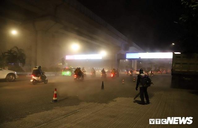 Ảnh: Công nhân thổi bụi mịt mù trên đường Nguyễn Trãi khiến người đi đường phát hoảng - Ảnh 2.