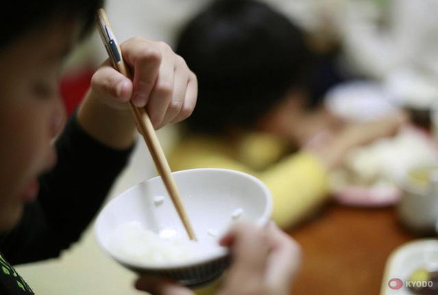 Câu chuyện về đứa trẻ kỳ dị, đến nhà người lạ ăn uống nghỉ ngơi không muốn về và thực trạng đáng sợ của xã hội Nhật Bản nuôi con kiểu tự lập  - Ảnh 1.