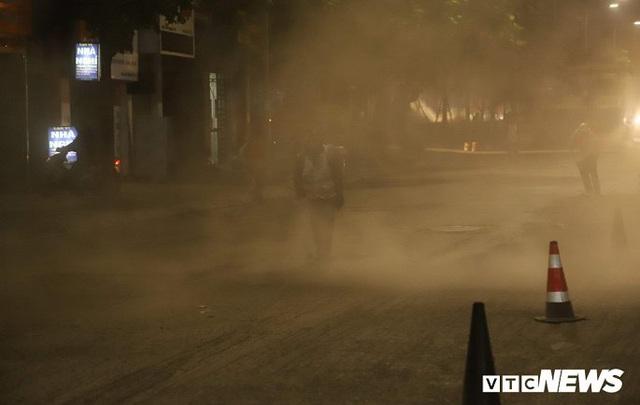 Ảnh: Công nhân thổi bụi mịt mù trên đường Nguyễn Trãi khiến người đi đường phát hoảng - Ảnh 3.