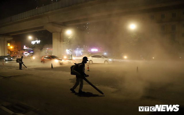Ảnh: Công nhân thổi bụi mịt mù trên đường Nguyễn Trãi khiến người đi đường phát hoảng - Ảnh 4.