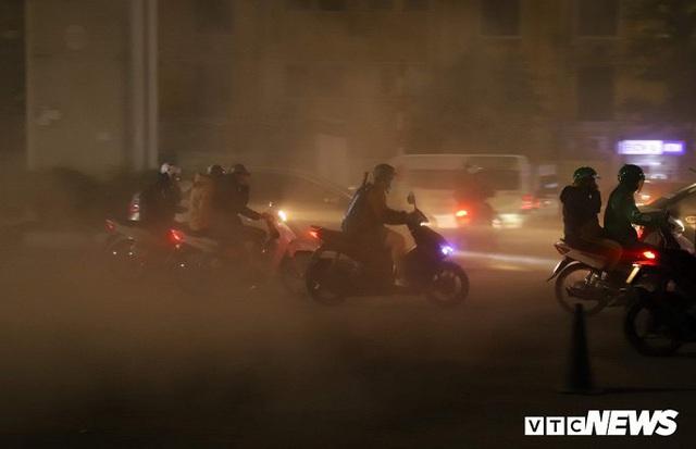 Ảnh: Công nhân thổi bụi mịt mù trên đường Nguyễn Trãi khiến người đi đường phát hoảng - Ảnh 6.