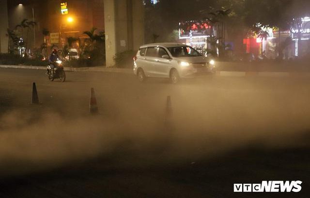 Ảnh: Công nhân thổi bụi mịt mù trên đường Nguyễn Trãi khiến người đi đường phát hoảng - Ảnh 7.