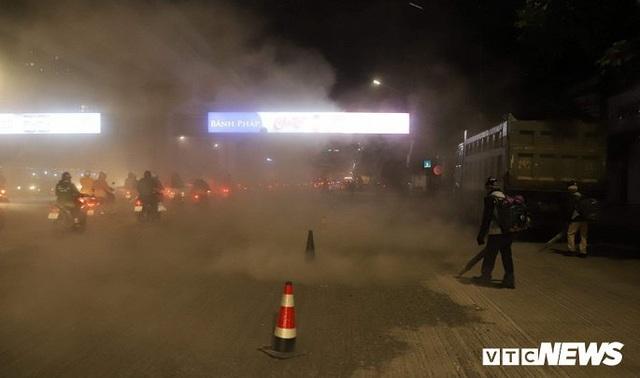 Ảnh: Công nhân thổi bụi mịt mù trên đường Nguyễn Trãi khiến người đi đường phát hoảng - Ảnh 8.