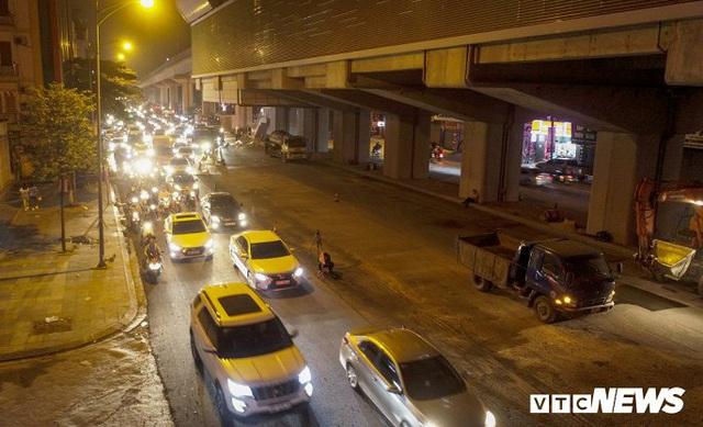 Ảnh: Công nhân thổi bụi mịt mù trên đường Nguyễn Trãi khiến người đi đường phát hoảng - Ảnh 9.