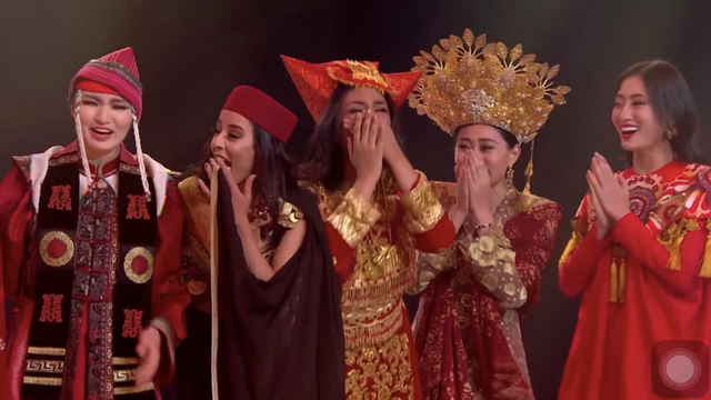 Chung kết Miss World 2019: Lương Thùy Linh làm nên kỳ tích khi lọt hẳn vào Top 12, tự tin bắn tiếng Anh trước hàng nghìn khán giả! - Ảnh 3.