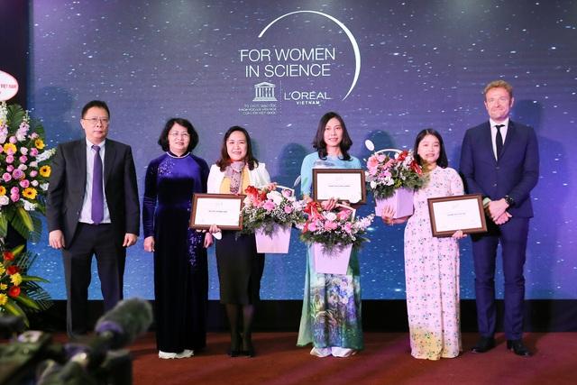 Trao học bổng cho 3 nhà khoa học nữ xuất sắc Việt Nam 2019  - Ảnh 1.
