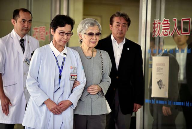 Hoàng gia Nhật thông báo: Cựu Hoàng hậu Michiko nhiều lần nôn ra máu và sụt cân nghiêm trọng khiến dư luận hoang mang, lo lắng - Ảnh 1.