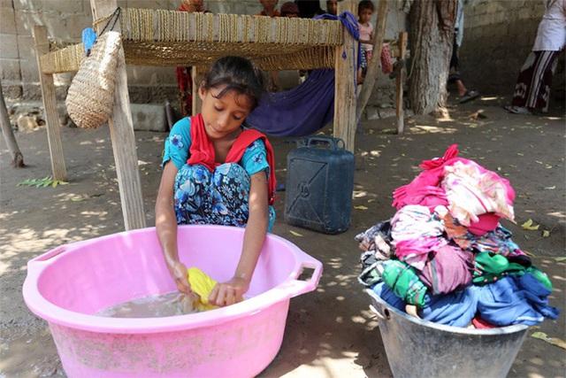 Cha mẹ Việt người gào thét, người nuông chiều con làm việc nhà, hãy xem các nước trên thế giới cha mẹ giao việc cho con thế nào - Ảnh 5.