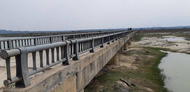 Cận cảnh cây cầu hơn 7 tỷ đồng được làm bằng bê tông cốt xốp ở Hà Tĩnh - Ảnh 2.