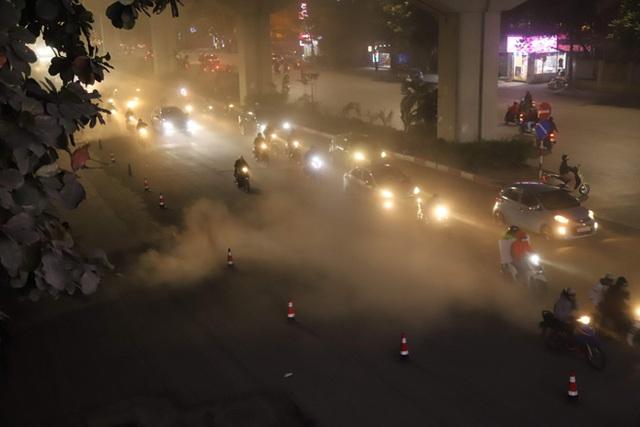 Công nhân thi công đường Nguyễn Trãi thản nhiên 'thổi bụi' vào người tham gia giao thông  - Ảnh 1.