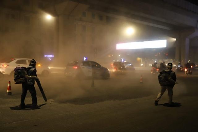 Công nhân thi công đường Nguyễn Trãi thản nhiên 'thổi bụi' vào người tham gia giao thông  - Ảnh 2.