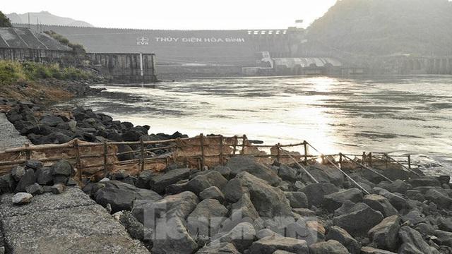 Hồ chứa cạn nhất 30 năm qua, Thủy điện Hòa Bình thấp thỏm chờ nước - Ảnh 11.