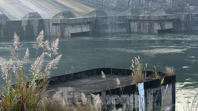 Hồ chứa cạn nhất 30 năm qua, Thủy điện Hòa Bình thấp thỏm chờ nước - Ảnh 12.