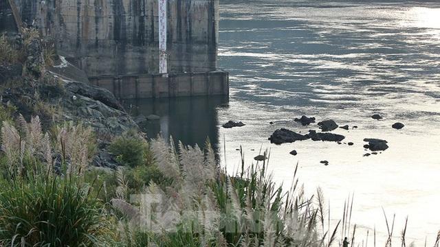 Hồ chứa cạn nhất 30 năm qua, Thủy điện Hòa Bình thấp thỏm chờ nước - Ảnh 14.