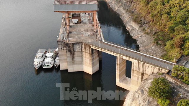 Hồ chứa cạn nhất 30 năm qua, Thủy điện Hòa Bình thấp thỏm chờ nước - Ảnh 4.