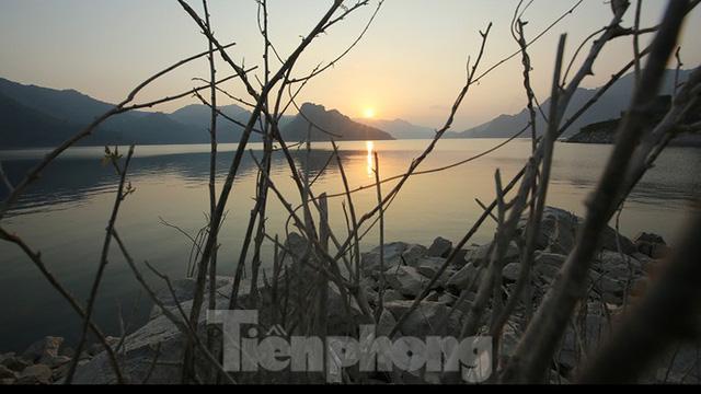 Hồ chứa cạn nhất 30 năm qua, Thủy điện Hòa Bình thấp thỏm chờ nước - Ảnh 6.