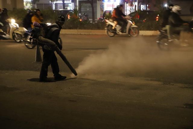 Công nhân thi công đường Nguyễn Trãi thản nhiên 'thổi bụi' vào người tham gia giao thông  - Ảnh 6.