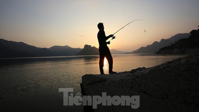 Hồ chứa cạn nhất 30 năm qua, Thủy điện Hòa Bình thấp thỏm chờ nước - Ảnh 7.