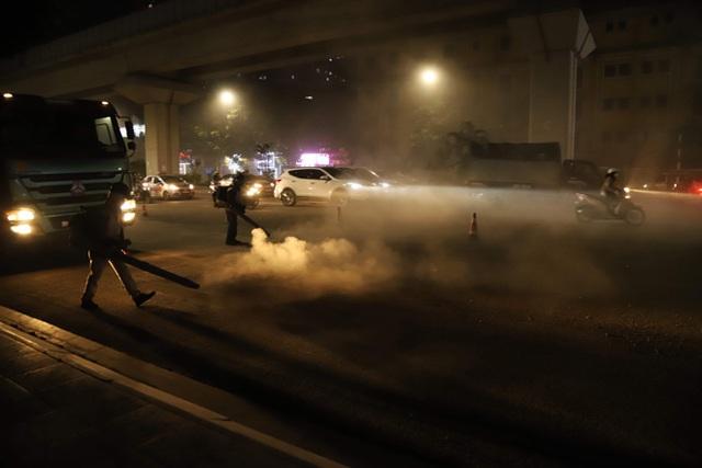 Công nhân thi công đường Nguyễn Trãi thản nhiên 'thổi bụi' vào người tham gia giao thông  - Ảnh 7.