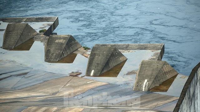 Hồ chứa cạn nhất 30 năm qua, Thủy điện Hòa Bình thấp thỏm chờ nước - Ảnh 8.