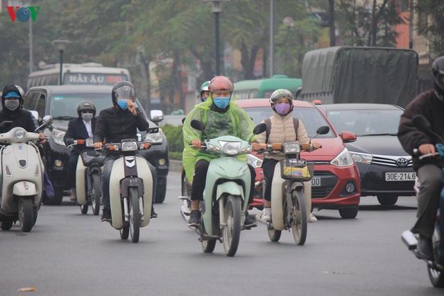 Ảnh: Nhà cao tầng ở Hà Nội mất hút giữa màn sương mù dày đặc - Ảnh 11.