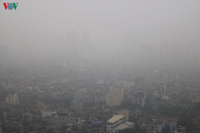 Ảnh: Nhà cao tầng ở Hà Nội mất hút giữa màn sương mù dày đặc - Ảnh 3.