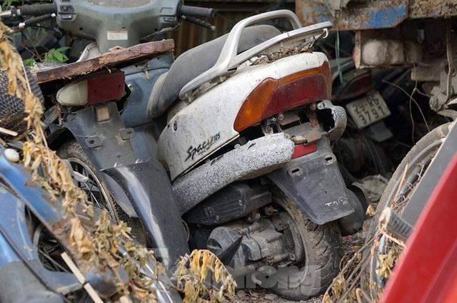 Porsche, Lexus... tiền tỷ phủ bụi, bỏ xó trong bãi giữ xe ở Hà Nội - Ảnh 4.