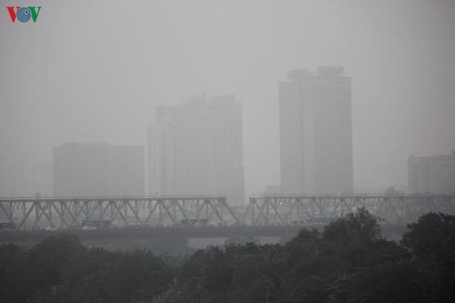 Ảnh: Nhà cao tầng ở Hà Nội mất hút giữa màn sương mù dày đặc - Ảnh 5.