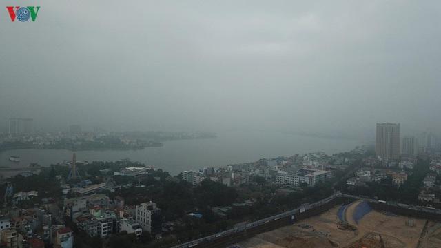 Ảnh: Nhà cao tầng ở Hà Nội mất hút giữa màn sương mù dày đặc - Ảnh 6.