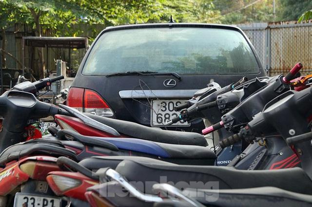 Porsche, Lexus... tiền tỷ phủ bụi, bỏ xó trong bãi giữ xe ở Hà Nội - Ảnh 6.