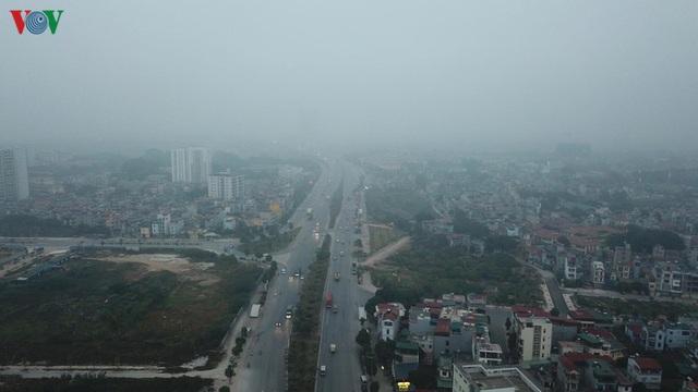 Ảnh: Nhà cao tầng ở Hà Nội mất hút giữa màn sương mù dày đặc - Ảnh 7.