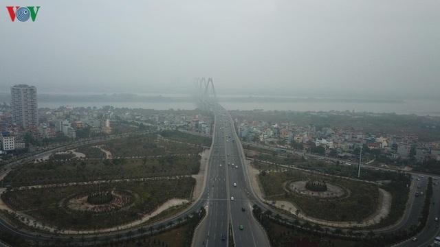 Ảnh: Nhà cao tầng ở Hà Nội mất hút giữa màn sương mù dày đặc - Ảnh 8.