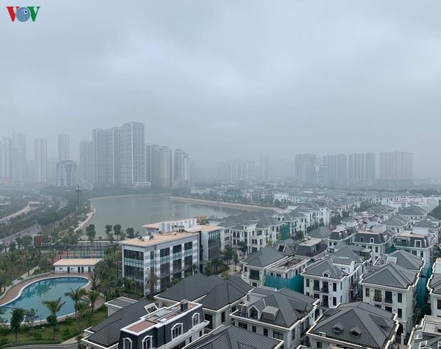 Ảnh: Nhà cao tầng ở Hà Nội mất hút giữa màn sương mù dày đặc - Ảnh 9.
