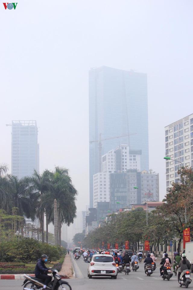 Ảnh: Nhà cao tầng ở Hà Nội mất hút giữa màn sương mù dày đặc - Ảnh 10.