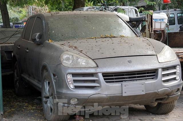 Porsche, Lexus... tiền tỷ phủ bụi, bỏ xó trong bãi giữ xe ở Hà Nội - Ảnh 10.