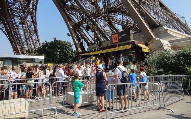 Tháp Eiffel đóng cửa do nhân viên đình công - Ảnh 1.