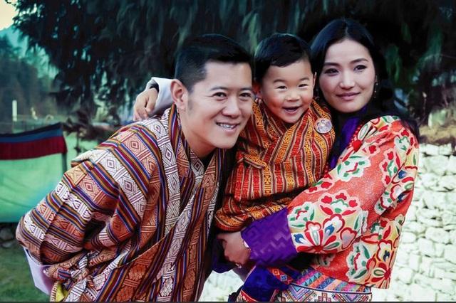 Hoàng hậu vạn người mê Bhutan thông báo tin vui khiến dân chúng vỡ òa hạnh phúc, dù mang thai lần 2 vẫn thần thái hơn người - Ảnh 2.