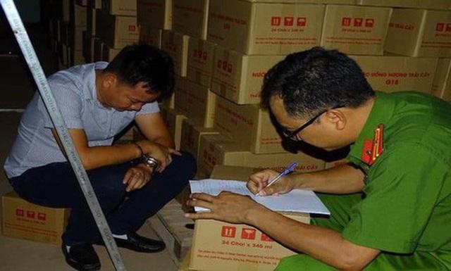 Công an Đồng Nai đột kích xưởng làm nước ngọt giả ngay TP Biên Hòa - Ảnh 1.