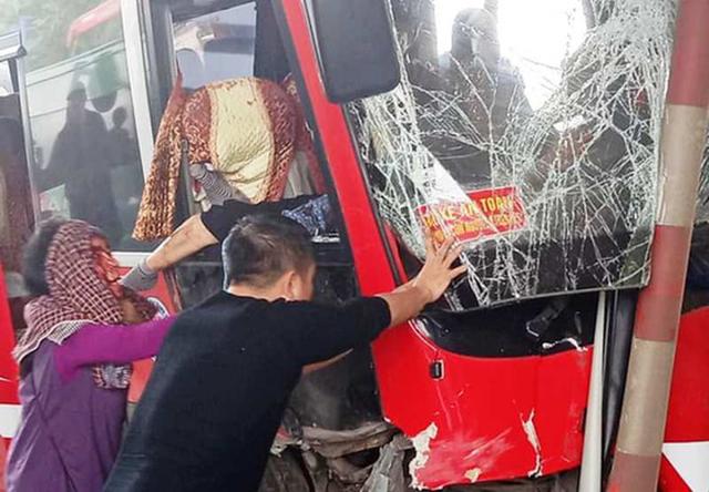 Xe khách bất ngờ tông thẳng vào ca-bin trạm thu phí, 5 người bị thương - Ảnh 2.