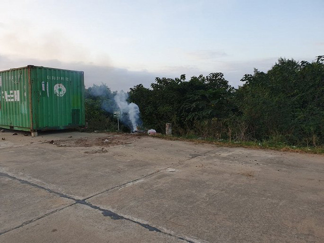 Rác thải chất đống trên đê chống lũ ở Hà Tĩnh: Chính quyền vào cuộc xử lý - Ảnh 4.