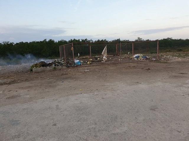 Rác thải chất đống trên đê chống lũ ở Hà Tĩnh: Chính quyền vào cuộc xử lý - Ảnh 5.