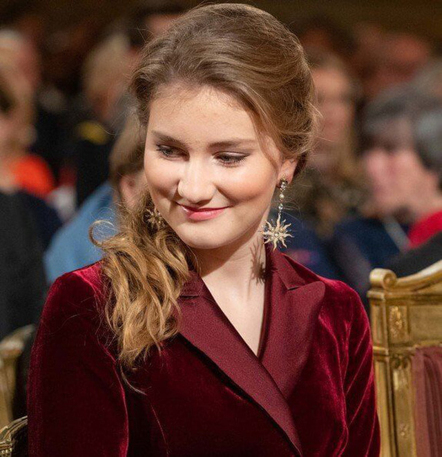 Công chúa xinh đẹp nhất hoàng gia Bỉ lại gây sốt với vẻ ngoài tựa nữ thần, khí chất của một Nữ hoàng tương lai là đây! - Ảnh 5.