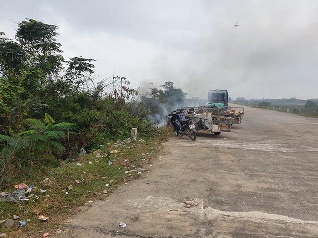 Rác thải chất đống trên đê chống lũ ở Hà Tĩnh: Chính quyền vào cuộc xử lý - Ảnh 6.
