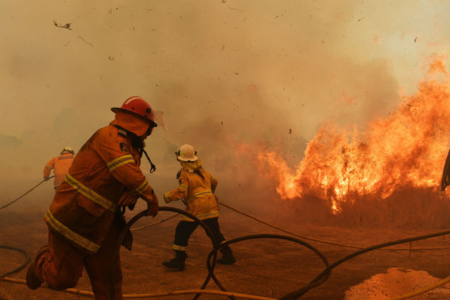 Thảm họa cháy rừng lớn nhất lịch sử Úc: Nhà hát Opera Sydney khuất sau khói mù, 2 người thiệt mạng khi tình nguyện dập lửa khiến cả nước xót thương - Ảnh 8.