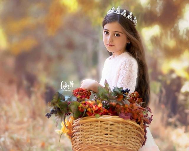 Loạt ảnh mới của cô bé quá xinh khiến bố phải nghỉ việc làm vệ sĩ, không hổ danh bé gái đẹp nhất thế giới - Ảnh 1.